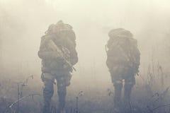 Grupo de soldados en el humo Fotos de archivo
