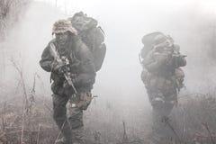 Grupo de soldados en el humo Imagen de archivo libre de regalías