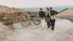 Grupo de soldados franceses que desenrolam o canhão para o tiro filme