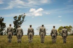 Grupo de soldados militares que estão na linha foto de stock royalty free