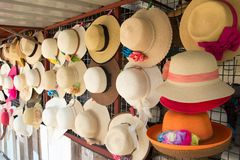 Grupo de sombrero para el verano, caída de las vacaciones de la playa en el estante Foto de archivo libre de regalías