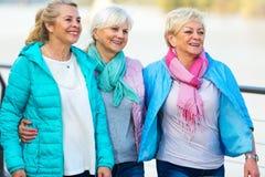 Grupo de sonrisa mayor de las mujeres fotos de archivo libres de regalías