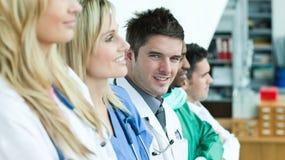 Grupo de sorriso de doutores foto de stock