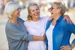 Grupo de sorriso superior das mulheres foto de stock