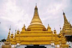 Grupo de stupas en el templo de Sanda Muni Paya de Mandalay foto de archivo libre de regalías