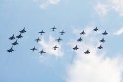 Grupo de Su-25, de MiG-29 y de Su-27 ofreciendo el dígito 100 Fotografía de archivo