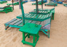 Grupo de sunbeds verdes vazios na praia. Imagem de Stock Royalty Free