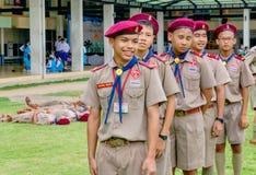 Grupo de suportes tailandeses do boyscout que alinham no campo de futebol da escola para aprender a atividade de acampamento do e foto de stock royalty free