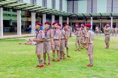 Grupo de suportes tailandeses do boyscout que alinham no campo de futebol da escola para aprender a atividade de acampamento do e imagem de stock royalty free