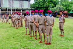 Grupo de suportes tailandeses do boyscout que alinham no campo de futebol da escola para aprender a atividade de acampamento do e foto de stock