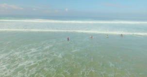 Grupo de surfistas que travam ondas filme