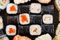 Grupo de sushi, de maki, de gunkan e rolos com salmões Foto de Stock Royalty Free