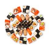 Grupo de sushi, de maki, de gunkan e rolos isolados no branco Fotos de Stock Royalty Free