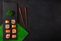 Grupo de sushi e de maki na tabela de pedra Vista superior com espaço da cópia imagem de stock