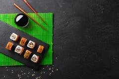 Grupo de sushi e de maki na tabela de pedra Vista superior com espaço da cópia fotografia de stock