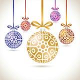 Grupo de suspensão colorido das bolas do Natal na fita para a árvore de Natal Foto de Stock Royalty Free