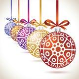 Grupo de suspensão colorido das bolas do Natal na fita para a árvore de Natal Fotos de Stock