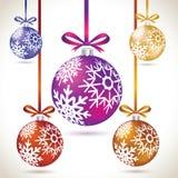 Grupo de suspensão colorido das bolas do Natal na fita para a árvore de Natal Imagem de Stock