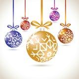 Grupo de suspensão colorido das bolas do Natal na fita para a árvore de Natal Foto de Stock
