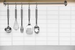 Grupo de suspensão dos utensílios da cozinha do metal fotografia de stock