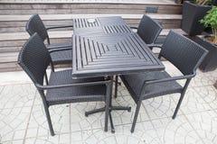 Grupo de tabela e de cadeiras de madeira pretas modernas Imagens de Stock
