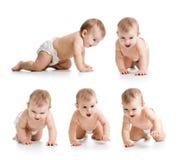 Grupo de tecido vestindo de rastejamento do bebê imagens de stock royalty free