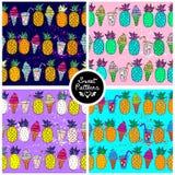 Grupo de teste padrão sem emenda do verão com o abacaxi e gelado alaranjados brilhantes e de jucie em um fundo diferente para ado Fotografia de Stock