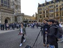 Grupo de tevê postado na frente da entrada da abadia da abadia de Westminster imagens de stock royalty free