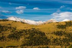 Grupo de texturas na montanha com neve, céu e grama foto de stock royalty free