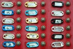 Grupo de timbres con las placas de identificación vacías Imagen de archivo