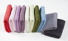 Grupo de toalhas coloridas dobradas, isolado no fundo branco Fotografia de Stock