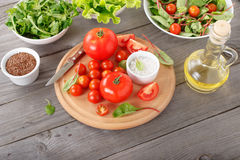 Grupo de tomate com as folhas da salada verde Fotografia de Stock Royalty Free
