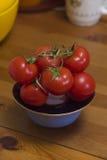 Grupo de tomates vermelhos na mesa de cozinha Imagem de Stock