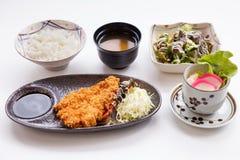 Grupo de Tonkatsu servido com arroz cozinhado japonês, sopa de Miso, salada, o ovo japonês do vapor e o Tonkatsu foto de stock