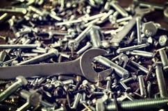 Grupo de tornillos y de llaves Foto de archivo libre de regalías