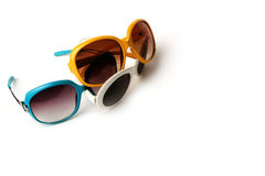 Grupo de três óculos de sol retros em branco e azul amarelos imagens de stock royalty free
