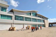 Grupo de trabajadores, de arquitectos y de constructores entrando en una construcci?n imagenes de archivo