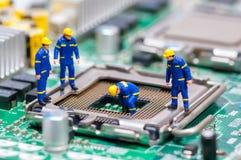 Grupo de trabajadores de construcción que reparan la CPU imágenes de archivo libres de regalías