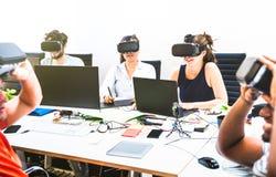 Grupo de trabajadores del empleado de la gente joven que se divierten con realidad virtual del vr foto de archivo libre de regalías