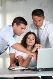 Grupo de trabajadores en la oficina Imagen de archivo libre de regalías