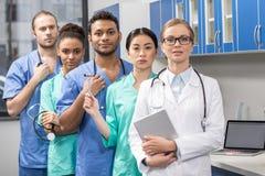 Grupo de trabajadores médicos en laboratorio fotos de archivo libres de regalías