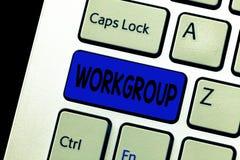 Grupo de trabajo del texto de la escritura de la palabra Concepto del negocio para el grupo de mostrar a quién normalmente el tra imágenes de archivo libres de regalías