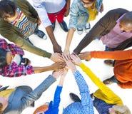 Grupo de trabajo en equipo diverso multiétnico de la gente Fotos de archivo