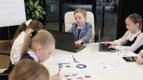 Grupo de trabajo de los niños en una oficina moderna metrajes