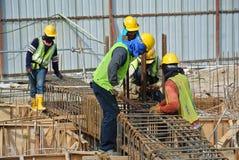 Grupo de trabalhadores da construção que fabricam a barra de aço do reforço Fotos de Stock
