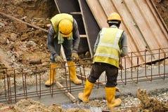 Grupo de trabalhadores da construção que fabricam a barra de aço do reforço Foto de Stock Royalty Free