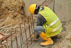 Grupo de trabalhadores da construção que fabricam a barra de aço do reforço Foto de Stock