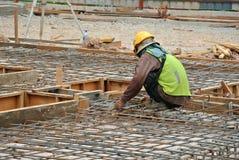 Grupo de trabalhadores da construção que fabricam a barra de aço do reforço Fotografia de Stock