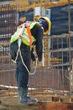 Grupo de trabalhadores da construção que fabricam a barra de aço do reforço Fotografia de Stock Royalty Free
