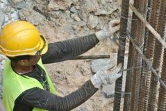 Grupo de trabalhadores da construção que fabricam a barra de aço do reforço Imagens de Stock Royalty Free